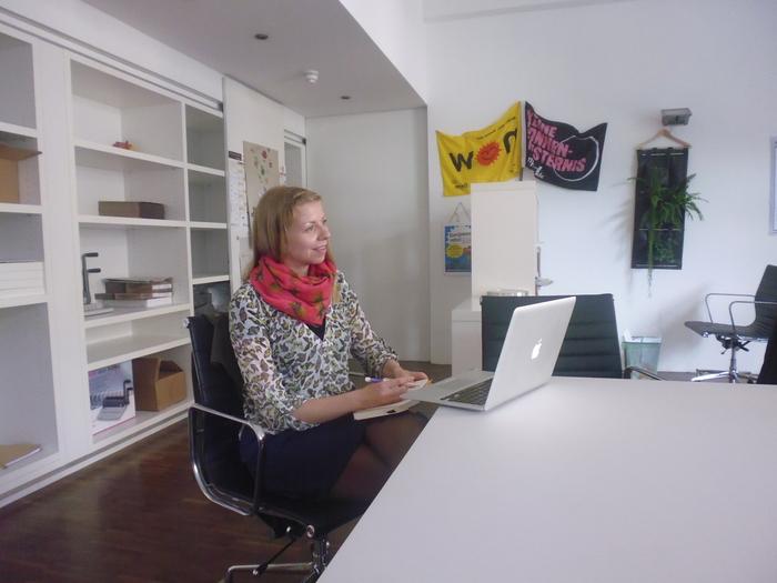 Johanna bei ihrem ersten Tag im bettervest Büro