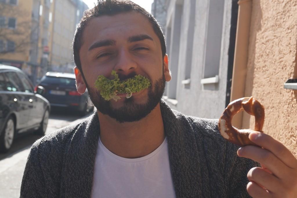 Maik mit seinem ersten bayrischen Essen kurz vor einem Interview in München.