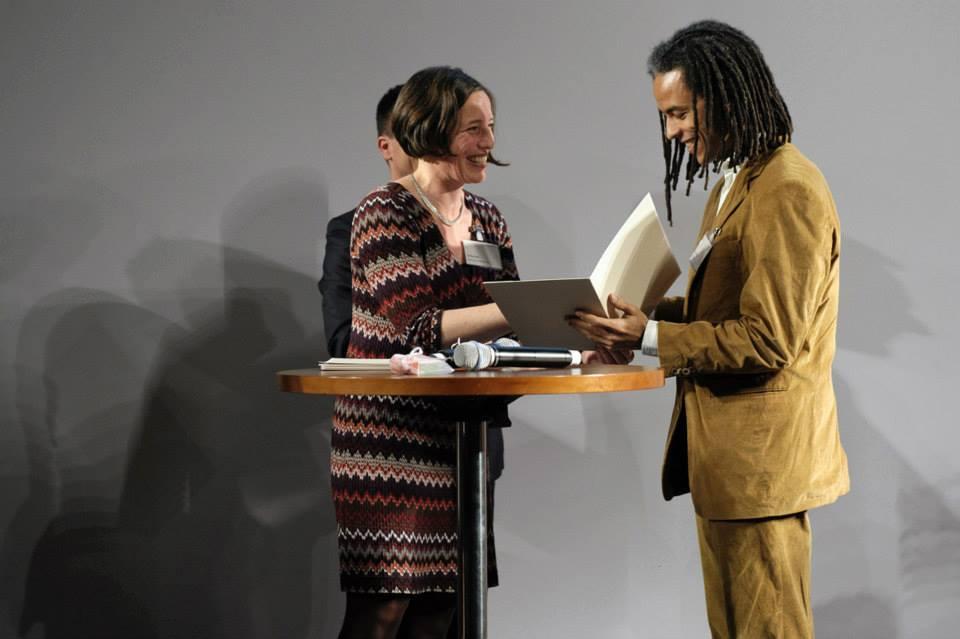 Patrick Mijnals bekommt die Auszeichnung übergeben (Quelle: Robert Bosch Stiftung)