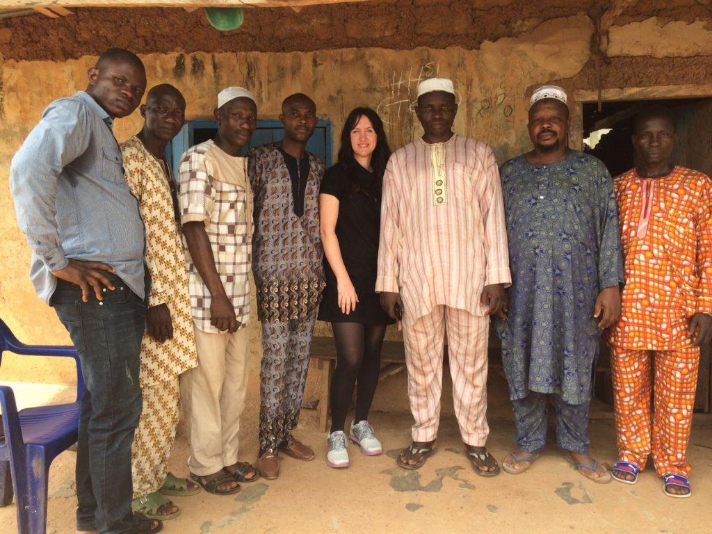 Marilyn mit den Vorsitzenden der Dorfgemeinschaft von GbamuGbamu
