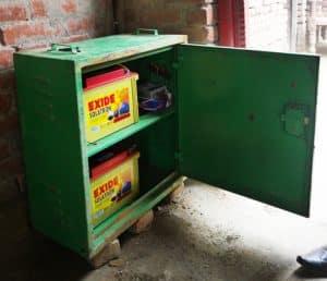 Der Batterieschrank wird in dem Haus aufgestellt, auf dem auch die Solaranlage für das Microgrid montiert wird.