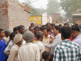 Mitarbeiter von MGP im Gespräch mit der Lokalen Bevölkerung, um sie über die Vorteile des Microgrid aufzuklären