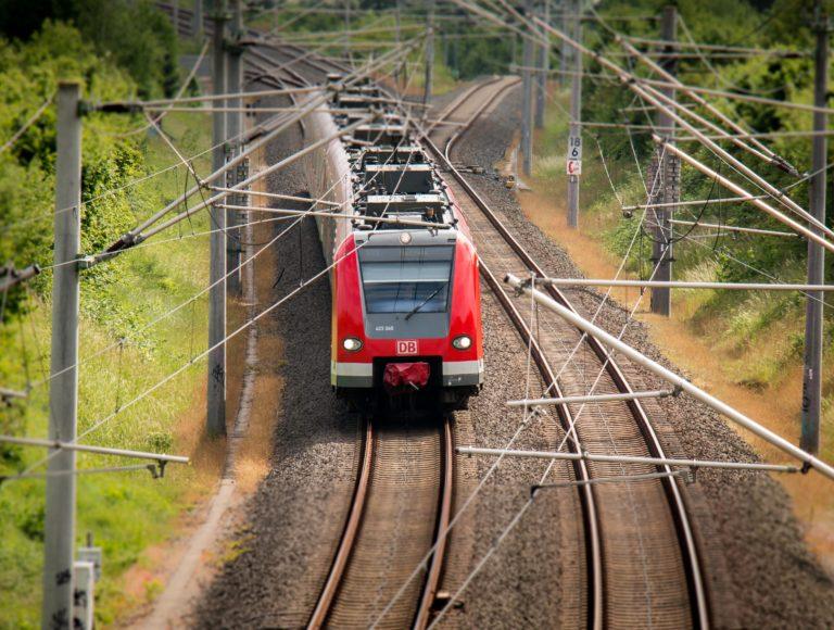Deutsche Bahn Zug auf Schienen