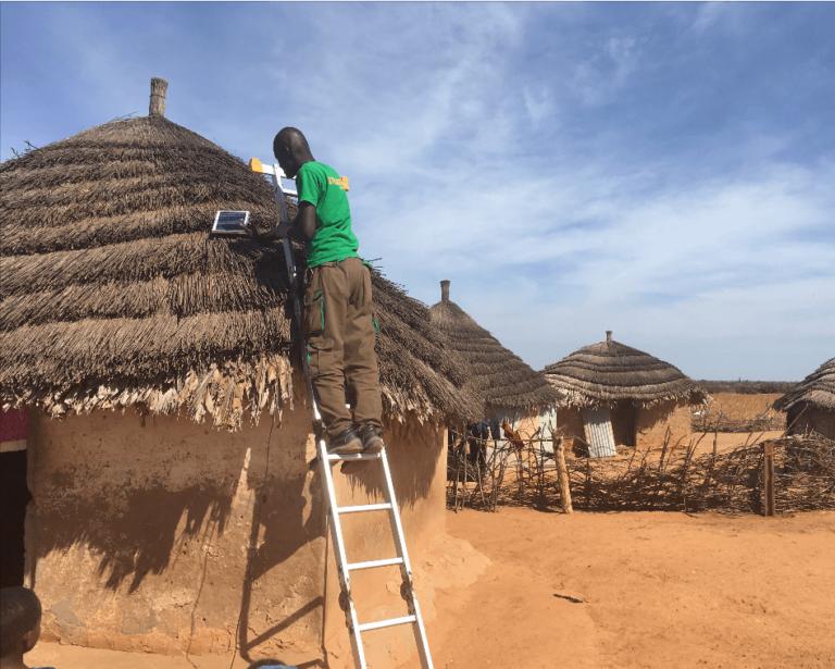 Solar-Home-System wird angebracht